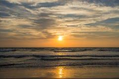 Καταπληκτικό ηλιοβασίλεμα στην παραλία Arambol, ο Βορράς Goa, Ινδία Στοκ Εικόνα