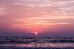 Καταπληκτικό ηλιοβασίλεμα στην παραλία Arambol, ο Βορράς Goa, Ινδία Στοκ Εικόνες