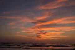 Καταπληκτικό ηλιοβασίλεμα στην παραλία Arambol, ο Βορράς Goa, Ινδία Στοκ Φωτογραφίες
