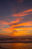 Καταπληκτικό ηλιοβασίλεμα στην παραλία Arambol, ο Βορράς Goa, Ινδία Στοκ Φωτογραφία
