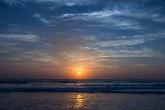 Καταπληκτικό ηλιοβασίλεμα στην παραλία Arambol, ο Βορράς Goa, Ινδία Στοκ φωτογραφία με δικαίωμα ελεύθερης χρήσης