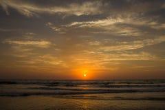 Καταπληκτικό ηλιοβασίλεμα στην παραλία Arambol, ο Βορράς Goa, Ινδία Στοκ φωτογραφίες με δικαίωμα ελεύθερης χρήσης