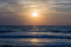 Καταπληκτικό ηλιοβασίλεμα στην παραλία Arambol, ο Βορράς Goa, Ινδία Στοκ εικόνες με δικαίωμα ελεύθερης χρήσης