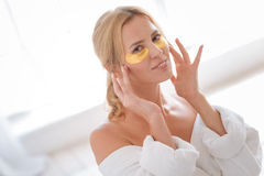 Καταπληκτικό κορίτσι που έχει τα μπαλώματα πηκτωμάτων κάτω από τα μάτια Στοκ εικόνα με δικαίωμα ελεύθερης χρήσης