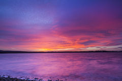 Καταπληκτικό κόκκινο ηλιοβασίλεμα πέρα από τη θάλασσα Στοκ φωτογραφία με δικαίωμα ελεύθερης χρήσης