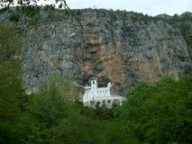 Καταπληκτικό μοναστήρι Ostrog, η ιερή θέση στον απότομο βράχο Στοκ φωτογραφίες με δικαίωμα ελεύθερης χρήσης