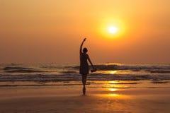 Καταπληκτικό πορτρέτο ηλιοβασιλέματος της γυναίκας σκιαγραφιών στην παραλία Arambol Στοκ Εικόνες