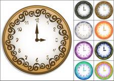 Καταπληκτικό ρολόι τοίχων που διακοσμείται με το περίκομψο σχέδιο Στοκ Εικόνες
