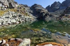 Καταπληκτικό τοπίο των τρομακτικών αιχμών λιμνών και Kupens, βουνό Rila Στοκ φωτογραφίες με δικαίωμα ελεύθερης χρήσης
