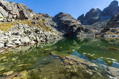 Καταπληκτικό τοπίο των τρομακτικών αιχμών λιμνών και Kupens, βουνό Rila Στοκ Φωτογραφίες