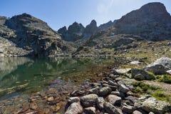 Καταπληκτικό τοπίο των τρομακτικών αιχμών λιμνών και Kupens, βουνό Rila Στοκ Φωτογραφία