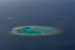 Καταπληκτικό τροπικό νησί στην ωκεάνια arial άποψη από seaplane στις Μαλδίβες Στοκ Εικόνες