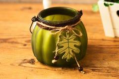 Καταπληκτικό όμορφο πράσινο βάζο στο ξύλινο υπόβαθρο Στοκ Φωτογραφία