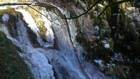 Καταρράκτες βουνών άποψη, την καθαρότητα και τη φρεσκάδα ποταμών στη σε αργή κίνηση της φύσης Χειμερινή ηλιόλουστη ημέρα απόθεμα βίντεο