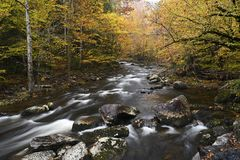 Καταρράκτες σε λίγο ποταμό περιστεριών στα μεγάλα καπνώδη βουνά στοκ εικόνα