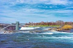 Καταρράκτες του Νιαγάρα και γέφυρα ουράνιων τόξων πέρα από το φαράγγι ποταμών Niagara Στοκ Φωτογραφίες