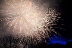 ΚΑΤΑΡΡΆΚΤΕΣ ΤΟΥ ΝΙΑΓΆΡΑ, ΟΝΤΑΡΙΟ, ΚΑΝΑΔΑΣ - 20 Μαΐου 2018: Καταρράκτες του Νιαγάρα αναμμένοι τη νύχτα από τα ζωηρόχρωμα φω'τα με  στοκ φωτογραφία με δικαίωμα ελεύθερης χρήσης