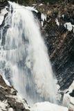 Καταρράκτης βουνών Ρεύμα βουνών νερού την άνοιξη Στοκ Φωτογραφία