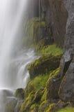 Καταρράκτης και βασαλτικοί βράχοι. Ισλανδία. Seydisfjordur. Στοκ Εικόνες