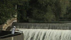 Καταρράκτης και ψαράς Βορειοαμερικανικός ποταμός Τοπίο απόθεμα βίντεο