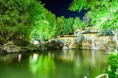 Καταρράκτης με το φως από το λαμπτήρα στον κήπο νύχτας Στοκ Εικόνες