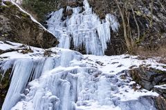 Καταρράκτης πάγου που διαμορφώνεται κατά μήκος μιας κοιλάδας βουνών κατά τη διάρκεια ενός κρύου χειμώνα Στοκ φωτογραφία με δικαίωμα ελεύθερης χρήσης