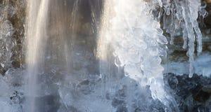 Καταρράκτης που δημιουργεί ένα γλυπτό πάγου Στοκ φωτογραφία με δικαίωμα ελεύθερης χρήσης