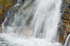 Καταρράκτης που πέφτει και χτυπημένου που καταβρέχει βράχου στον ποταμό Στοκ εικόνα με δικαίωμα ελεύθερης χρήσης