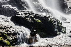 Καταρράκτης που ρέει πέρα από τους βράχους σε βόρεια Καλιφόρνια Στοκ φωτογραφία με δικαίωμα ελεύθερης χρήσης