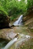 Καταρράκτης σε έναν ποταμό βουνών με το πράσινο πράσινο δάσος νερού και άνοιξη στις τράπεζες στοκ φωτογραφία με δικαίωμα ελεύθερης χρήσης