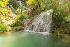 Καταρράκτης σε Polilimnio στην Πελοπόννησο Ένας διάσημος τουριστικός προορισμός στοκ φωτογραφία