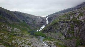 Καταρράκτης στα βουνά της Νορβηγίας στο βροχερό καιρό από την άποψη αέρα από τον κηφήνα φιλμ μικρού μήκους