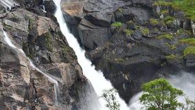 Καταρράκτης στα βουνά της Νορβηγίας στο βροχερό καιρό απόθεμα βίντεο