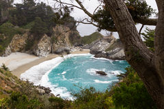 Καταρράκτης στην ακτή Καλιφόρνιας Στοκ φωτογραφία με δικαίωμα ελεύθερης χρήσης