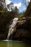 Καταρράκτης στην Καταλωνία που περιβάλλεται από τα όμορφα δάση Στοκ Εικόνες