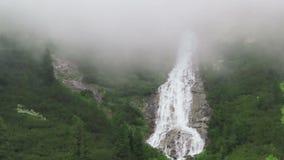 Καταρράκτης στην κοιλάδα Schlegeis με τα σύννεφα που περνούν από βροχή απόθεμα βίντεο