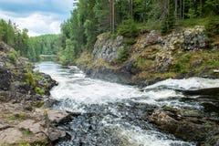 Καταρράκτης στους βράχους στην άγρια φύση Στοκ Φωτογραφία