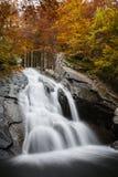 Καταρράκτης στο δάσος φθινοπώρου Στοκ φωτογραφίες με δικαίωμα ελεύθερης χρήσης