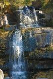 Καταρράκτης στο πάρκο φθινοπώρου Στοκ εικόνα με δικαίωμα ελεύθερης χρήσης