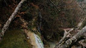 Καταρράκτης στο φθινόπωρο στοκ φωτογραφία με δικαίωμα ελεύθερης χρήσης