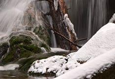 καταρράκτης στο χειμερινό ποταμό βουνών Στοκ Εικόνες