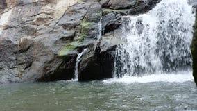 Καταρράκτης του νερού που μειώνεται από έναν απότομο βράχο φιλμ μικρού μήκους