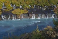 Καταρράκτης Barnafoss που διακοσμείται με τα δέντρα φθινοπώρου Στοκ Φωτογραφίες