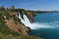 Καταρράκτης Duden σε Antalya και η θάλασσα Mediteranian στην Τουρκία Στοκ Εικόνα