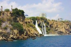 Καταρράκτης Duden σε Antalya Τουρκία κλίση που αλιεύει το μεσογειακό καθαρό τόνο θάλασσας ταξίδι Στοκ φωτογραφία με δικαίωμα ελεύθερης χρήσης