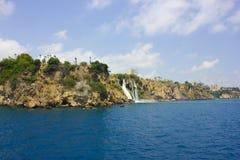 Καταρράκτης Duden σε Antalya Τουρκία κλίση που αλιεύει το μεσογειακό καθαρό τόνο θάλασσας ταξίδι Στοκ Φωτογραφίες