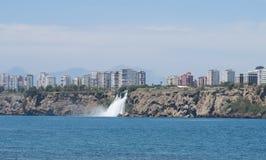 Καταρράκτης Duden όπως βλέπει από την παραλία της Lara σε Antalya, Τουρκία Στοκ Φωτογραφία