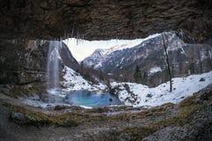 Καταρράκτης Goriuda με την τυρκουάζ λίμνη στο χιονισμένο ιταλικό AP Στοκ φωτογραφίες με δικαίωμα ελεύθερης χρήσης