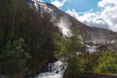 Καταρράκτης Langfossen θερινών βουνών στοκ φωτογραφία
