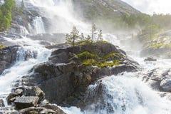 Καταρράκτης Langfossen θερινών βουνών στοκ εικόνα